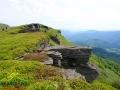 Od strony zachodniej w wielu miejsca można podziwiać sporych rozmiarów skały i kamienie.