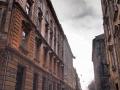 Ulica prowadząca do rynku Lwowa i restauracji POCZTA w pochmurny zimowy dzień.