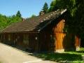 Jeden z oryginalnych budynków po kopalni ropy naftowej, a dziś wystawy Skansenu w Bóbrce.
