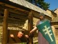 Turyści przebierający się w stroje średniowieczne na Zamku Kamieniec w Odrzykoniu
