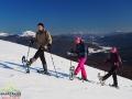 Wędrowcy na rakietach śnieżnych na zboczach Połoniny Caryńskiej z widokami od Tarnicy aż po Borżawę!