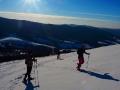 Turyści wychodzący na rakietach śnieżnych na Połoninę Caryńską.