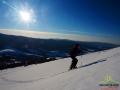 Kasia w promieniach popołudniowego słońca na rakietach śnieżnych na Połoninie Caryńskiej.