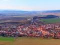 Panorama z Spisskiego Hradu na Spisskie Podhradie, Tatry Niskie (po lewej) i Tatry Wysokie (po prawej stronie).