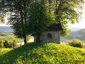 Położona na szczycie wzgórza kapliczka w Rajskiem.