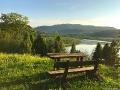 Obok kapliczki dla wędrowców została przygotowana ławeczka ze stolikiem. Usiąść przy zachodzie słońca i nic nie robić...