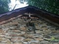 Kapliczka w Rajskiem została wykonana z miejscowej skały - piaskowca.