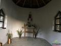 Wnętrze kapliczki przez członków Stowarzyszenia Rajska Dolina zostało otynkowane.
