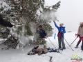 Zabawa w śniegu podczas wędrówki na rakietach śnieżnych ;-)