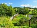 Kładka linowa i rzeka Osława w Wysoczanach widziana ze zboczy górki, po których jeździ pociąg w stronę Komańczy.