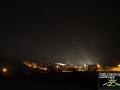 Widok z jednego ze wzgórz otaczających Szczawne na centrum miejscowości. Od lewej most nad rzeką Osława, 5 bloków, a po prawej dawna szkoła. Blask, który widać na fotografii bije od lamp rozstawionych przez filmowców. Normalnie można podziwiać gwiazdy... - oczywiście na niebie
