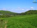 Wzgórza objęte ochroną w Rezerwacie Przełom Osławy pod Mokrem widoczne od strony Wysoczan.