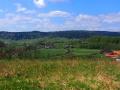 Panorama miejscowości Morochów na tle gór Dziady 647m, Kuty 664m i terenów po Zawadce Morochowskiej.
