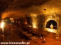 Stoły w piwnicy służącej do przechowywania wina oraz przyjmowania gości