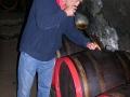 Winiarz podkradający wino prosto z beczki tzw. pipą.