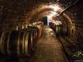 Jeden z wielu korytarzy wewnątrz piwnicy tokajskiej pełnej wina.