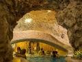 Wody termalne wewnątrz grot wapiennych mają temperaturę między 28, a 36 stopni.
