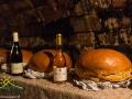 Wino i golonki podawane podczas organizowanych przez nas wycieczek jednodniowych na Węgry.