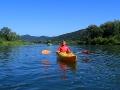 Instruktor - ratownik podczas spływu kajakami po rzece San.