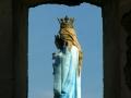 Figura Maryi stojąca na postumencie przed ruinami kościoła Karmelitów Bosych w Zagórzu.