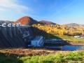 ZAPORA WODNA w Solinie położona między kolorowymi jesienią wzgórzami.