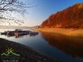 Statki BIAŁEJ FLOTY w jednej z zatok w pobliżu zapory wodnej w Solinie w okresie zimy.