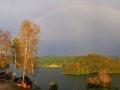 Tęcza niemal łącząca Olchowiec i Chrewt podczas burzy nad Jeziorem Solińskim.