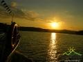 Na statku w promieniach zachodzącego nad Zalewem Solińskim słońca.