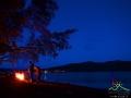 Wędkarze nad Zalewem Solińskim przy ognisku i pod rozgwieżdżonym bieszczadzkim niebem.
