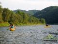 Spływ po rzece jest dużo większą przyjemnością niż po jeziorze, bo nie tylko zmienia się krajobraz, ale nie wymaga to wysiłku!
