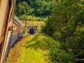 Pociąg wjeżdża do kolejnego z tuneli... Najdłuższy ma 908m!