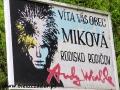 Tablica prowadząca do wsi Mikova, gdzie urodzili się rodzice Endiego Warhola
