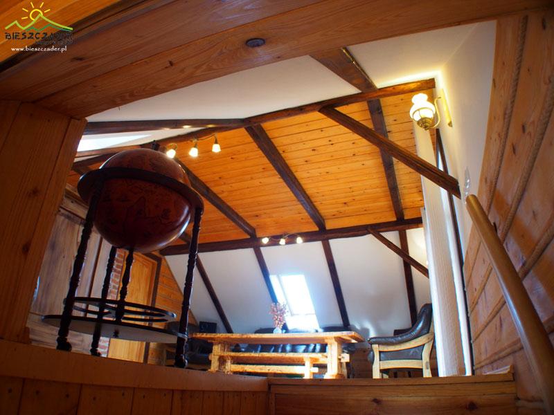 Biuro jest położone na całej górze domu i tak wygląda patrząc ze schodów na pierwsze pomieszczenie.