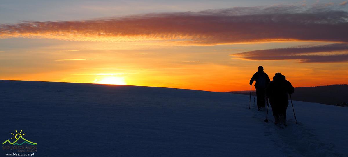 Wędrówka na najlepszych RAKIETACH ŚNIEŻNYCH po Bieszczadach o zachodzie słońca...