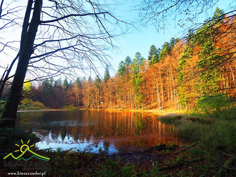 Tzw. górne Jeziorko Duszatyńskie w ostatnich promieniach jesiennego słońca.