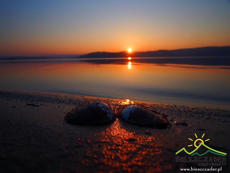 Zachód słońca nad Zalewem Solińskim i małża na brzegu jeziora...