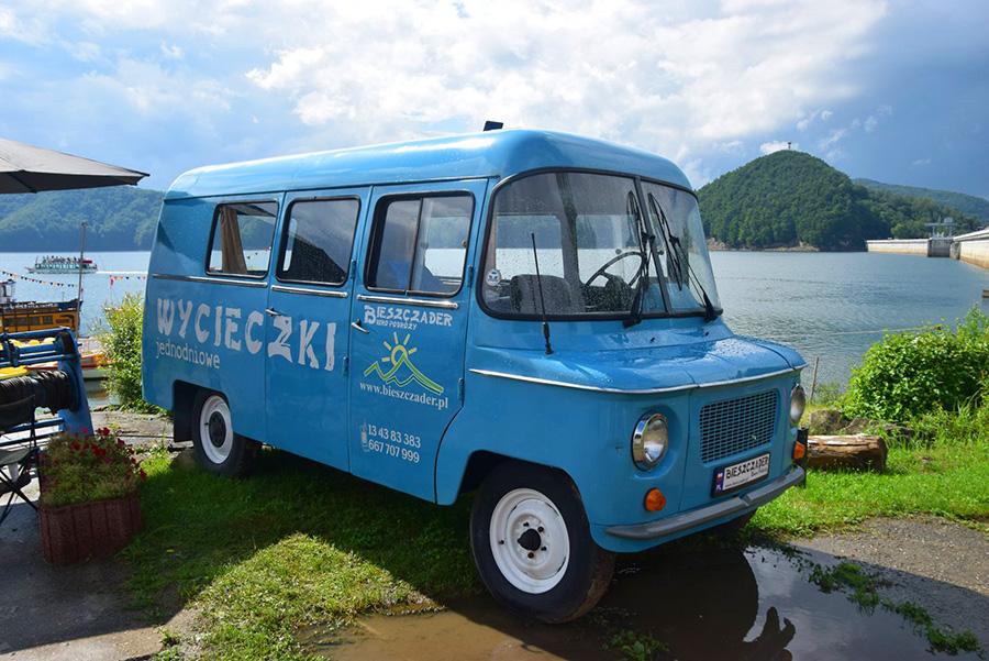Punkt rezerwacji wycieczek jednodniowych wewnątrz samochodu Nysa na brzegu Zalewu Solińskiego w Bieszczadach.