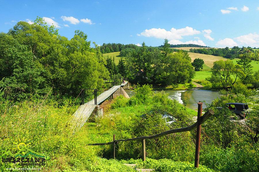 Kładka linowa w Wysoczanach zawieszona nad rzeką Osława.