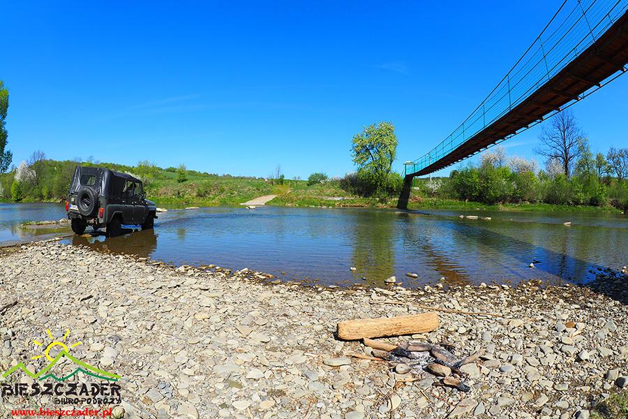 Jedna z kładek linowych nad rzeką Osława podczas WYPRAW UAZ-ami z przewodnikiem.