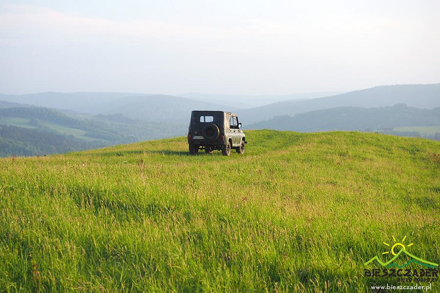Na szczycie jednej z widokowych gór podczas WYPRAWY UAZ-em na pograniczu Bieszczad i Beskidu Niskiego.