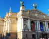 Teatr Opery i Baletu we Lwowie zachwyca już z zewnątrz. To jedna z najpiękniejszych oper na świecie z jednocześnie najwyższym poziomem usług teatralnych. Operę zawsze zwiedzamy na wycieczce jednodniowej do Lwowa organizowanej dla turystów z Polski.