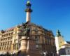 Pomnik Adama Mickiewicza we Lwowie uważany za najpiękniejszy na świecie. Natomiast w tle katedra łacińska zwana polską. To obowiązkowa atrakcja w programie wycieczki jednodniowej do Lwowa.