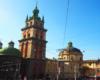 Na tym zdjęciu dużo atrakcyjnych zabytków Lwowa możemy zobaczyć: Cerkiew Uspienia (Zaśnięcia Matki Bożej), Wieża zegarowa Korniakta, Kościół Dominikanów oraz pomnik Fiodorowa, a obok nich przebiegają tory, po których jeżdżą tramwaje. Czy Lwów nie ma niepowtarzalnego klimatu? Zwracamy na to uwagę na organizowanych przez Biuro Podróży Bieszczader wycieczkach jednodniowych.
