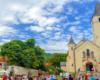 Centrum miasteczka Tokaj z kościołem katolickim, w którego wnętrzu jest ikona polskiej Czarnej Madonny, obok pomnik Bachusa - boga rozpusty oraz pomnik Rakoczego. To pierwsza atrakcja na wycieczce jednodniowej z Bieszczad na Węgry.