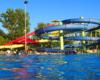 Część zjeżdżalni zewnętrznych, które są czynne w okresie wakacji w części parkowej kompleksu basenów termalnych Aquarius w Sosto Furdo / Sóstófürdő. Zapraszamy z Biurem Podróży Bieszczader na najlepszą wycieczkę jednodniową na Węgry.