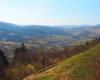 Widok w stronę najwyższego szczytu Bieszczad Pikuja z pociągu jadącego między miejscowościami Sianki, a Wołosianka. Przejazd koleją jest główną atrakcją wycieczki jednodniowej Kolej Zakarpacka Biura Podróży Bieszczader.