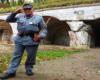 Dobry Wojak Szwejk salutujący na wycieczce jednodniowej Przemyśl ze Szwejkiem.