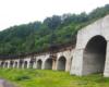 Wiadukt obok Przełęczy Użockiej, po którym jedzie pociąg na trasie między Siankami, a Wołosianką. Takie widoki na wycieczce jednodniowej Kolej Zakarpacka Biura Podróży Bieszczader.