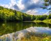 Górne Jeziorko Duszatyńskie w rezerwacje Zwiezło na stokach góry Chryszczata w okolicach Komańczy. Wędrówka do Jeziorek Duszatyńskich jest jedną z głównych atrakcji wycieczki jednodniowej po Bieszczadach Traperska Przygoda.
