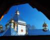 Drewniana cerkiew z początku XX wieku obok drewnianej dzwonnicy obronnej w Jasienicy Zamkowej - jedna z głównych atrakcji wycieczki jednodniowej organizowanej w Bieszczadach Kolej Zakarpacka.
